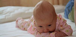 новорожденный спит на животе