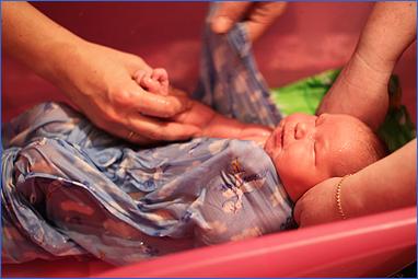 Первое купание ребенка. Продолжаем мыть ручки