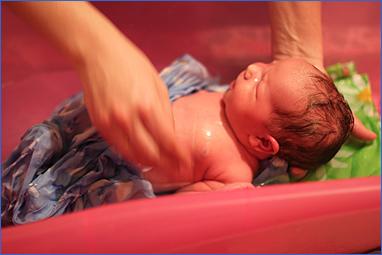 Купание новорожденного, снимаем пеленку
