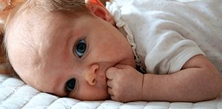 как выкладывать ребенка на живот